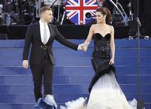 Singers Gary Barlow (L) and Cheryl Cole perform during the Diamond Jubilee concert in front of Buckingham Palace in London June 4, 2012. REUTERS/David Moir