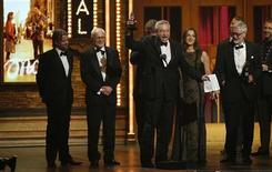 """Produtores do musical """"Apenas Uma Vez"""" comemoram após ganharem o prêmio de """"Melhor Musical"""" no Tony Awards, em Nova York. 10/06/2012 REUTERS/Lucas Jackson"""