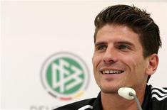 Jogador da seleção alemã Mario Gomez sorri durante coletiva de imprensa antes da partida contra a Holanda pela Euro 2012 em Gdansk. 11/06/2012 REUTERS/Thomas Bohlen