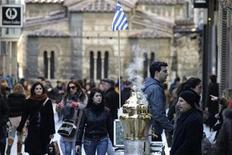 <p>Dans les rues d'Athènes. Selon les sources, des responsables financiers européens ont débattu d'un scénario extrême qui conduirait, au moins en Grèce, à imposer des contrôles aux frontières, à plafonner les retraits aux distributeurs de billets et à instaurer des contrôles sur les mouvements de capitaux si Athènes décidait d'abandonner l'euro. /Photo d'archives/REUTERS/Yiorgos Karahalis</p>