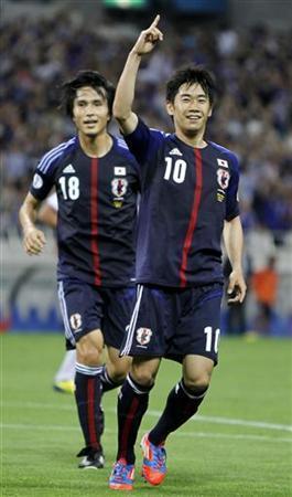 6月11日、サッカーの2014年W杯ブラジル大会アジア最終予選で12日に日本代表と対戦するオーストラリア代表のホルガー・オジェック監督は、進化を遂げた日本を絶賛した。写真右は日本代表の香川真司。埼玉で8日撮影(2012年 ロイター/Toru Hanai)