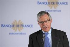<p>Le gouverneur de la Banque de France, Christian Noyer, estime que l'union économique et monétaire européenne est incomplète et que l'euro doit pouvoir s'appuyer sur une union financière dotée d'un système de contrôle transfrontalier et d'un fonds commun de garantie des dépôts bancaires. /Photo prise le 14 juin 2011/REUTERS/Philippe Wojazer</p>