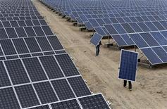 <p>Installation de panneaux solaires dans la région autonome du Xinjiang, en Chine. Pékin compte prendre une série de mesures fiscales au cours du second semestre 2012 dans le but de soutenir la croissance dans sept nouveaux secteurs stratégiques de son industrie, selon un article paru dans la presse officielle. Ces secteurs sont les économies d'énergie et la protection de l'environnement, les véhicules propres, les nouvelles technologies de l'information, les biotechnologies, les matériaux industriels, la fabrication d'équipements de pointe et les énergies nouvelles. /Photo prise le 18 mai 2012/REUTERS</p>