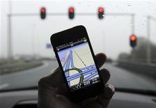 <p>Un iPhone équipé de l'application de navigation routière de TomTom. Le titre de la société néerlandaise grimpait de 11,58% en Bourse d'Amsterdam mardi en fin de matinée après l'annonce d'un accord de licences cartographiques avec Apple. L'accord permettrait de s'installer sur le marché des GPS gratuits ou bon marché via les smartphones et les tablettes, qui représente une sérieuse concurrence pour le groupe néerlandais. /Phoot prise le 28 février 2012/REUTERS/Paul Vreeker/United Photos</p>