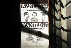 <p>Une copie de l'avis de recherche des frères John et Clarence Anglin affichée dans une cellule sur l'île prison d'Alcatraz, dans la baie de San Francisco. Les deux frères, qui purgeaient une peine pour l'attaque d'une banque, se sont évadés en compagnie d'un autre détenu, Frank Morris, dans la nuit du 11 juin 1962. Un demi-siècle après cette évasion spectaculaire, les autorités n'ont pas abandonné tout espoir de retrouver les trois hommes. /Photo prise le 11 juin 2012/REUTERS/Noah Berger</p>