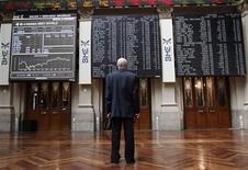 <p>A la Bourse de Madrid. Les Bourses européennes se sont retournées à la baisse mardi en fin d'après-midi après la décision de Fitch de dégrader la note de 18 banques espagnoles. /Photo prise le 12 juin 2012/REUTERS/Andrea Comas</p>
