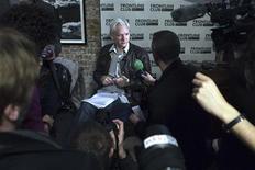 O fundador do WikiLeaks, Julian Assange, fala numa coletiva de imprensa em Londres, 27 de fevereiro de 2012. Assange apelou contra a decisão da Suprema Corte da Grã-Bretanha de autorizar sua extradição para a Suécia por supostos crimes sexuais. REUTERS/Finbarr O'Reilly