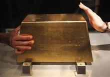 220-килограммовый слиток золота, выставленный на обозрение в китайском городе Синьбэй, 16 сентября 2011 года. Золото дорожает благодаря снижению курса доллара к валютной корзине. REUTERS/Pichi Chuang