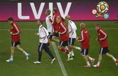 Игроки сборной Дании на тренировке на стадионе во Львове накануне игры с Португалией, 12 июня 2012 года. Матч группы B между сборными Дании и Португалии состоится в среду во Львове в рамках чемпионата Европы. REUTERS/Gleb Garanich