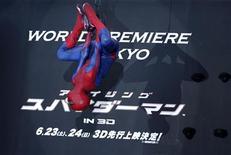 """Dublê vestido de Homem-Aranha faz aparição na estreia mundial de """"O Espetacular Homem-Aranha"""", em Tóquio. 13/06/2012 REUTERS/Yuriko Nakao"""