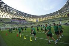 Сборная Ирландии на тренировке на стадионе в Гданьске 13 июня 2012 года. Сборные Испании и Ирландии сыграют в матче группы С Евро-2012 в четверг. REUTERS/Juan Medina