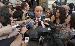 Министр экономики Испании Луис де Гиндос общается с журналистами возле парламента в Мадриде 14 июня 2012 года. Испания и Италия пообещали принять новые меры, чтобы привести в порядок государственные финансы, поскольку рост стоимости финансирования усилил волнения в еврозоне в преддверии выборов в Греции. REUTERS/Paul Hanna