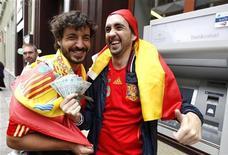Torcedores espanhóis mostram dinheiro que ele retiraram de um caixa automático antes da partida entre Espanha e Irlanda na Eurocopa 2012 na cidade velha em Gdansk, 14 de junho de 2012. REUTERS/Peter Andrews
