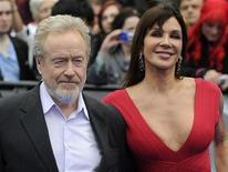 """O produtor britânico Ridley Scott (esquerda) e sua parceira Giannina Facio posam para fotógrafos na estreia mundial de """"Prometheus"""" na Praça Leicester em Londres, 31 de maio de 2012. REUTERS/Paul Hackett"""