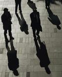 Офисные работники на улице Сиднея, 9 июня 2011 года. Больше половины фондов прямых инвестиций, работающих в России, хотят вкладывать в нее еще больше денег, полагаясь на рост рынка, однако свыше 80 процентов из числа игнорирующих страну не готовы менять свое мнение из-за непрозрачности и нестабильности политической и административной сферы. REUTERS/Daniel Munoz