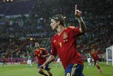 Фернандо Торрес празднует гол в ворота сборной Ирландии, 14 июня 2012 года. Испанская сборная отправила в четверг четыре безответных мяча в ворота Ирландии, упустив при этом еще больше голевых возможностей и полностью переиграв противника. REUTERS/Pascal Lauener