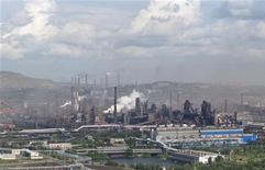 Вид с воздуха на Магнитогорский металлургический комбинат, 15 июля 2011 года. Один из крупнейших производителей стали в РФ Магнитогорский металлургический комбинат получил в первом квартале 2012 года чистую прибыль по МСФО в $14 миллионов против $67 миллионов убытка в четвертом квартале 2011 года. REUTERS/Alexander Shemetov