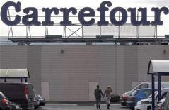 Вывеска супермаркета Carrefour в Бордо 19 января 2012 года. Крупнейшая французская розничная сеть Carrefour продаст бизнес в Греции - долю в совместном предприятии - своему партнеру компании Marinopoulos. REUTERS/Regis Duvignau