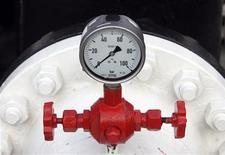 """Датчик давления нефтепровода """"Дружба"""" на НПЗ венгерской компании MOL в Сазхаломбатте, 9 января 2007 года. РФ с 1 июля 2012 года предоставит экспортерам дифференцированную пошлину на высоковязкую нефть в размере 10 процентов от стандартной ставки, а Приразломному месторождению Газпрома на шельфе - льготу в размере около 50 процентов, сообщил эксперт Минфина Александр Сакович. REUTERS/Laszlo Balogh"""