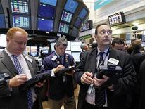 Трейдеры на торгах Нью-Йоркской фондовой биржи 14 июня 2012 года. Американские рынки акций открылись ростом. REUTERS/Brendan McDermid