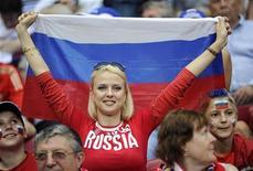 Болельщица сборной России держит в руках флаг РФ в матче против Польши в Варшаве 12 июня 2012 года. Четыре матча чемпионата Европы по футболу пройдут на Украине и в Польше в ближайшие выходные. REUTERS/Pawel Ulatowski