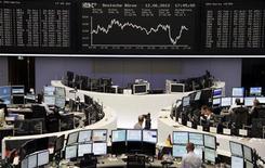Трейдеры на торгах фондовой биржи во Франкфурте-на-Майне 12 июня 2012 года. Европейские рынки акций завершили торги пятницы ростом, так как надежды на скоординированные действия мировых центробанков затмили опасения по поводу выборов в Греции в воскресенье. REUTERS/Remote/Fabrizio Bensch