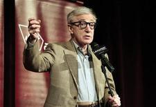 """O cineasta Woody Allen discursa na pré-estreia de seu filme """"Para Roma com Amor"""", na abertura do festival de filmes de Los Angeles, nos Estados Unidos, na quinta-feira. 14/06/2012 REUTERS/Mario Anzuoni"""