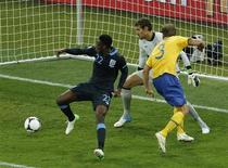 Danny Welbeck marca gol da virada da Inglaterra sobre a Suécia por 3 x 2 nesta sexta-feira. REUTERS/Eddie Keogh