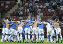 Jogadores da Grécia comemoram a vitória contra a Rússia depois da partida do Grupo A no estádio nacional em Warsaw. 16/06/2012 REUTERS/Pawel Ulatowski