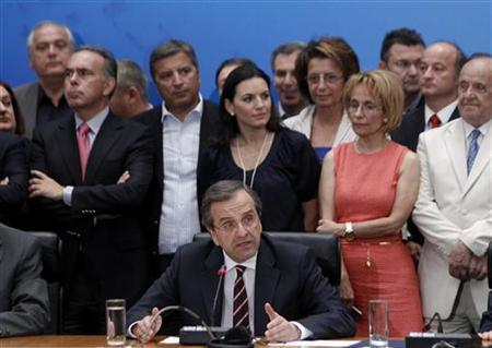 6月18日、ギリシャの再選挙は、緊縮策を支持する新民主主義党(ND)と全ギリシャ社会主義運動(PASOK)が過半数を確保した。写真中央はNDのサマラス党首。17日撮影(2012年 ロイター/John Kolesidis)