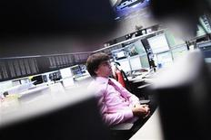 Трейдеры на торгах фондовой биржи во Франкфурте-на-Майне 18 июня 2012 года. Европейские акции замедлили рост, поскольку облегчение от победы проевропейских партий в Греции сменилось озабоченностью долговыми проблемами Испании и Италии. REUTERS/Alex Domanski