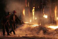 Украинские специалисты работают в цеху сталелитейного завода в Донецке 3 декабря 2004. Украинская промышленность выросла в мае на 1,0 процента после роста на 8,6 годом ранее из-за продолжающегося сокращения объемов в ключевой экспортной отрасли - металлургии, но результат превысил ожидания аналитиков. REUTERS/Viktor Korotayev