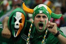 Болельщики сборной Ирландии во время игры против Испании в Гданьске 14 июня 2012 года. Матч группы C между командами Италии и Ирландии пройдет в понедельник в Познани. REUTERS/Kai Pfaffenbach