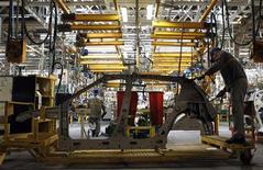 Рабочие на сборочной линии завода по производству автомобилей Renault в Москве, 15 мая 2012 года. Рост промышленного производства в РФ ускорился в мае 2012 года благодаря росту активности в обрабатывающей промышленности, ориентированной на внутренний рынок, но спад внешнего спроса на российский газ из-за экономического кризиса в Европе привел к сокращению добычи полезных ископаемых впервые с октября 2011 года. REUTERS/Maxim Shemetov