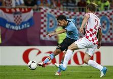 O espanhol Jesus Navas (esquerda) chuta e marca um gol ao lado do croata Ivan Strinic durante uma partida no PGE Arena em Gdansk, 18 de junho de 2012. REUTERS/Kai Pfaffenbach