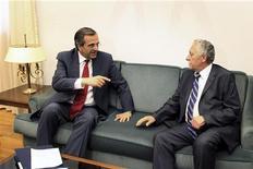 O líder do partido conservador Nova Democracia, Antonis Samaras (esquerda) se reúne com o líder do partido Esquerda Democrática, Fotis Kouvelis, em seu escritório no Parlamento grego em Atenas, 18 de junho de 2012. REUTERS/Petros Giannakouris/Pool