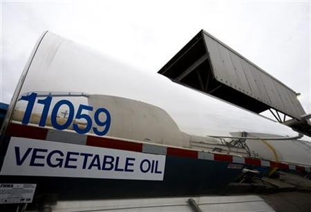 Biodiesel reaction tanks are reflected in a tanker truck discharging soybean oil at the Innovation Fuels plant in Newark, New Jersey, November 29, 2007. REUTERS/Jeff Zelevansky