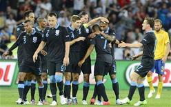 Футболисты сборной Англии радуются голу, забитому в ворота команды Швеции в матче группы D Евро-2012 в Киеве 15 июня 2012 года. Англия сыграет с Украиной в матче группы D Евро-2012 во вторник. REUTERS/Nigel Roddis