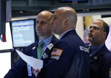 Трейдеры на торгах Нью-Йоркской фондовой биржи 18 июня 2012года. Американские рынки акций открылись ростом. REUTERS/Brendan McDermid