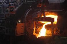 Человек работает на медном заводе Норникеля в Норильске 16 апреля 2010 года. Крупнейший акционер Норильского никеля - группа Интеррос - предложила ему провести обратный выкуп 2 процентов акций с рынка, что может поддержать цену акций Норникеля, сказал Рейтер источник в Интерросе. REUTERS/Ilya Naymushin