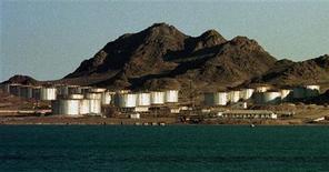 Вид на нефтяные резервуары на каспийском побережье в Туркмении 10 марта 1999. Азербайджан потребовал от Туркмении прекратить разведку на каспийском нефтегазовом месторождении, право на которое 15 лет оспаривают обе постсоветские республики, входящие в число пяти прикаспийских государств. REUTERS/Shamil Zhumatov
