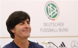 Técnico da seleção da Alemanha Joachim Loew sorri durante coletiva de imprensa em Gdansk, antes de partida contra a Grécia pela Eurocopa no dia 22. 19/06/2012 REUTERS/Thomas Bohlen