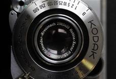 Kodak Retina Camera é vista em uma loja de fotografia em Londres. A Kodak entrou com processo contra a Apple para impedir que a maior empresa norte-americana em valor de mercado interfira nos planos da companhia pioneira no segmento de fotografia de vender um grande portfólio de patentes. 19/01/2012 REUTERS/Stefan Wermuth