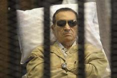 Экс-президент Египта Хосни Мубарак лежит на носилках в здании суда в Каире, 2 июня 2012 года. Свергнутый президент Египта Хосни Мубарак переведен из тюрьмы в военный госпиталь из-за ухудшения состояния здоровья, сообщили чиновники. REUTERS/Stringer