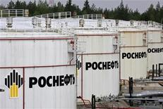 Нефтехранилища Роснефти на терминале в Приводино 29 мая 2007 года. Государственная Роснефть пообещала увеличить дивидендные выплаты за 2011 год до 25 процентов от чистой прибыли по МСФО после просьбы президента РФ Владимира Путина быть щедрее к акционерам, главным из которых является госхолдинг Роснефтегаз. REUTERS/Sergei Karpukhin