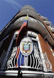 Флаг Эквадора на здании посольства в Лондоне, 20 июня 2012 года. Основатель ресурса WikiLeaks Джулиан Ассанж обратился в посольство Эквадора в Лондоне с просьбой предоставить ему политическое убежище, сообщили чиновники. REUTERS/Paul Hackett