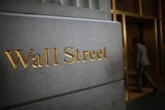 """Вывеска """"Уолл-стрит"""" у входа в здание Нью-Йоркской фондовой биржи 15 июня 2012 года. Государственная Роснефть, расписки на акции которой уже обращаются в Лондоне, думает о выходе на американский рынок, сказал глава компании Игорь Сечин. REUTERS/Eric Thayer"""