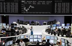 <p>Les Bourses européennes évoluent sans grande orientation mercredi à mi-séance, dans un climat de nervosité en attendant de voir si la Réserve fédérale américaine va prendre de nouvelles mesures monétaires de soutien de l'économie. Vers 13h, le CAC perdait 0,31%, la Bourse de Francfort était quasi inchangée (+0,13%) et celle de Londres gagnait 0,39%. /Photo prise le 20 juin 2012/REUTERS/Remote/Fabrizio Bensch</p>