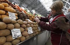 Прилавок с картофелем на рынке в Санкт-Петербурге, 5 апреля 2012 года. Расходы россиян в мае сократились к апрелю и впервые за последние пять лет оказались ниже январских трат, что натолкнуло экспертов на мысли об устойчивом замедлении потребительской активности. REUTERS/Alexander Demianchuk