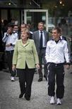 Chanceler alemã, Angela Merkel, e o capitão da seleção alemã Philipp Lahm vão a jantar com o time na sede da seleção na Euro 2012, em Sopot. Merkel vai comparecer à partida Alemanha x Grécia pelas quartas de final da Euro 2012. 06/06/2012 REUTERS/Bundesregierung/Guido Bergmann/Pool